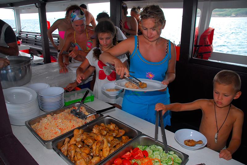 обед на одной из морских экскурсий