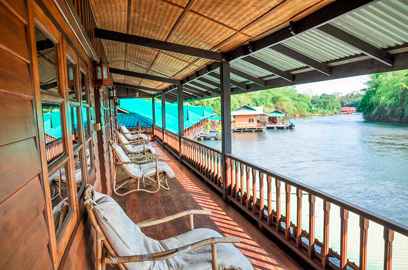 веранда гостиницы на плоту на Квае