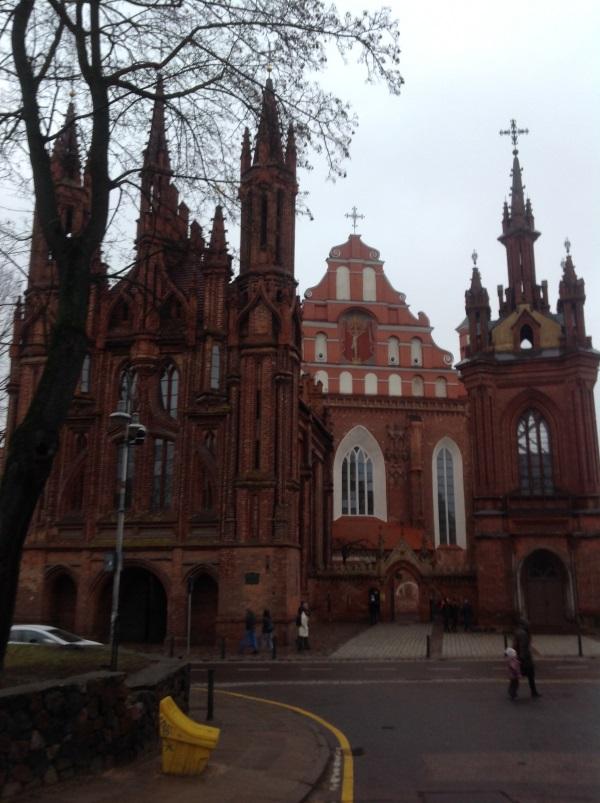 Достопримечательности Вильнюс: Костел Святой Анны (спереди) и Костел Бернардинцев (на заднем плане) (Фото)