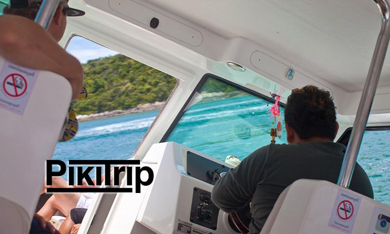 капитан закладывает вираж перед швартовкой на острове