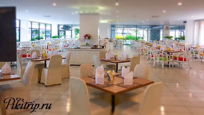 ресторан Гарден Винг, где сервируют завтрак для гостей