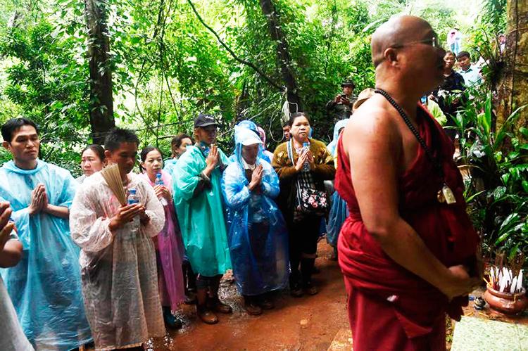 родители и все молятся о спасении детей в Таиланде