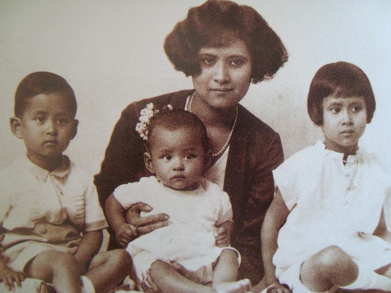 Король Таиланда Рама девятый с матерью и братом с сестрой