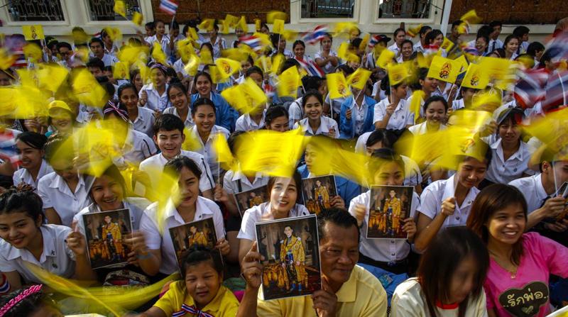 Желтые флаги - дань уважения королю