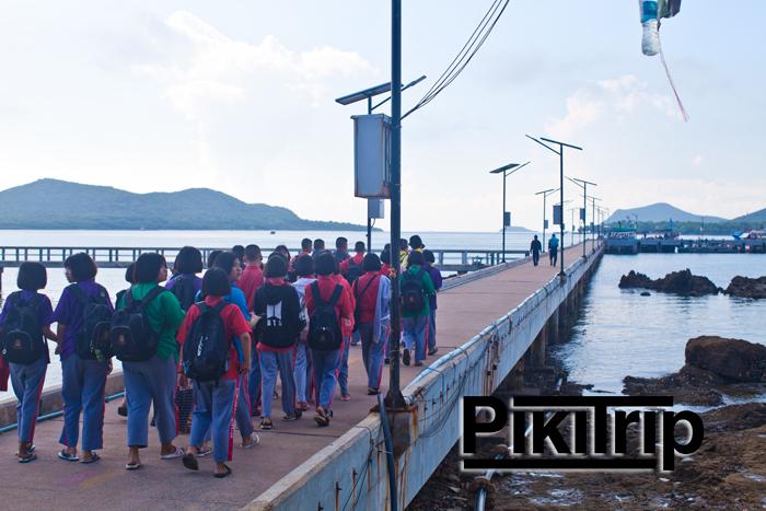 тайские школьники едут на остров