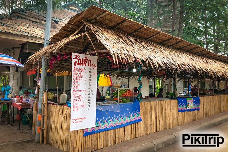 едальни у пляжа Май Кхао